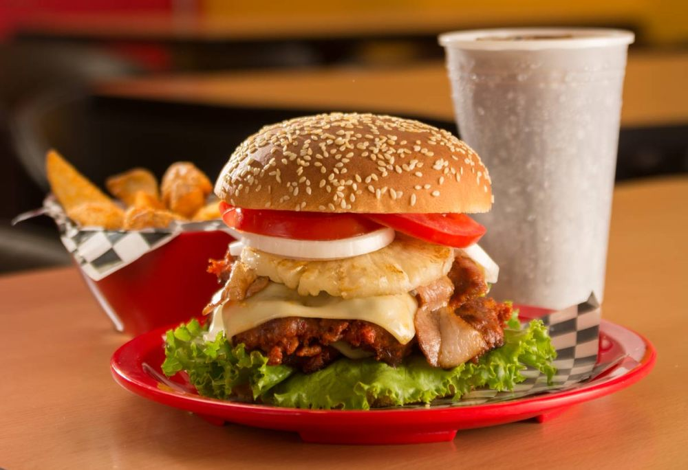 Hamburguesa doble de chorizo hawaiana